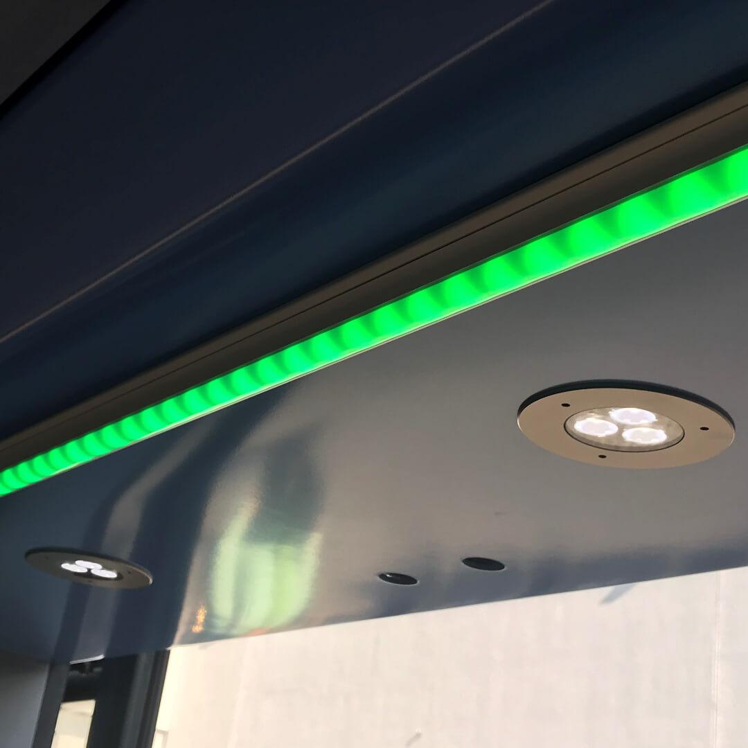 EL50 Einbauspot von TSL im Türbereich und Fahrgastinformationsleuchte PL13